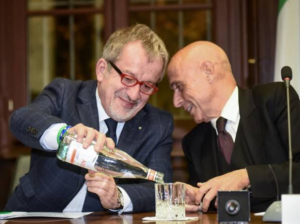 Roberto Maroni con il ministro dell'Interno Marco Minniti (Fotogramma)