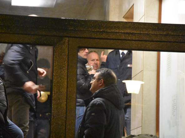 I rilievi dopo l'omicidio: al centro nella foto, sullo sfondo, il marito della vittima (foto Daniele Bennati)