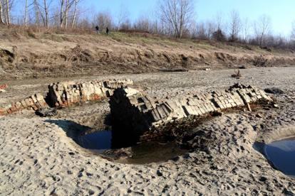 La secca del fiume po restituisce il mistero di un antico - Letto di un fiume in secca ...