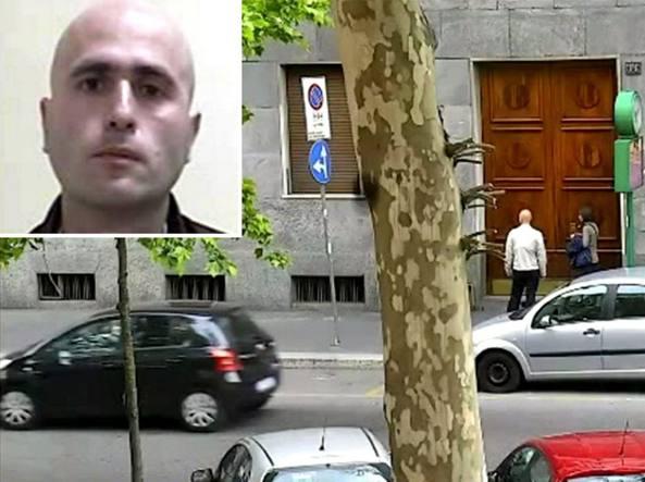 La casa-fortezza. Antonio Piromalli (in primo piano nel        riquadro) fotografato dai carabinieri del Ros di Milano, mentre        esce dalla sua abitazione