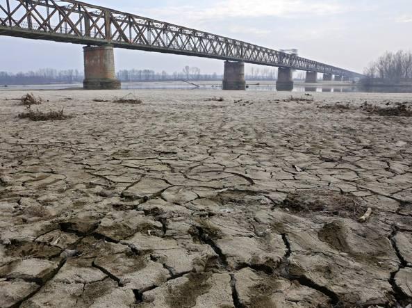 Solo 5 millimetri di pioggia in 2 mesi effetto deserto per - Letto di un fiume in secca ...