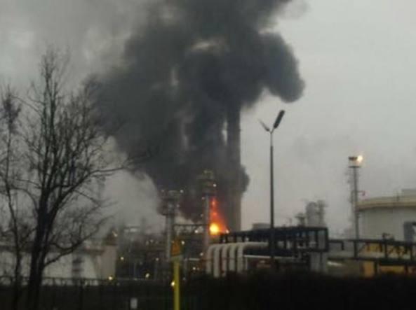 Pavia, incendio nella raffineria Eni di Sannazzaro dè Burgondi