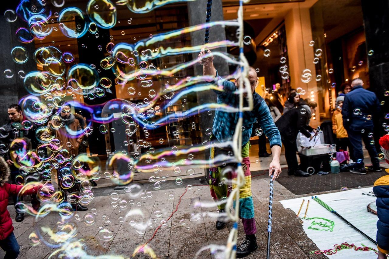 Risultati immagini per artisti strada bolle