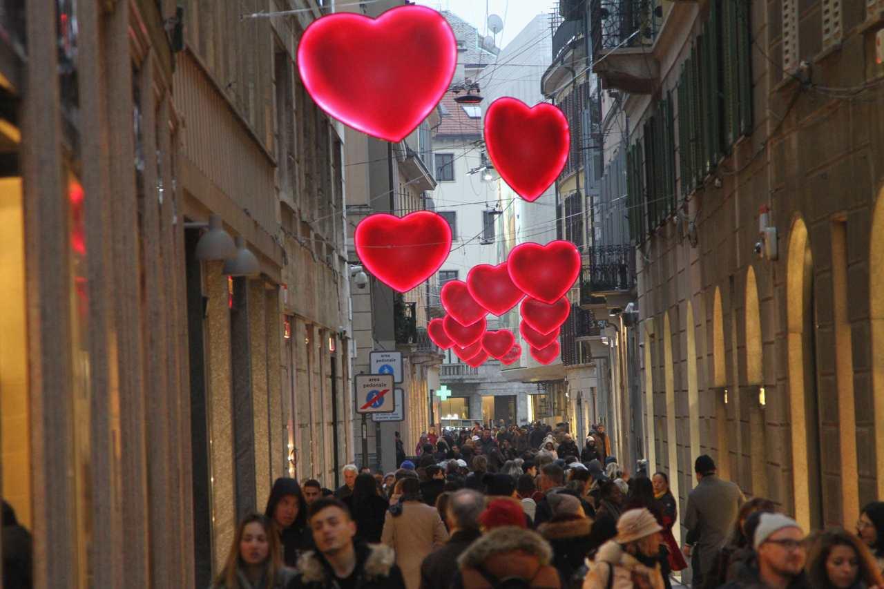 San valentino pioggia di cuori in via spiga for Valentino via turati milano