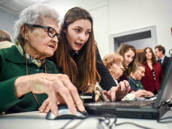Una donna anziana insieme a una giovane adolscente
