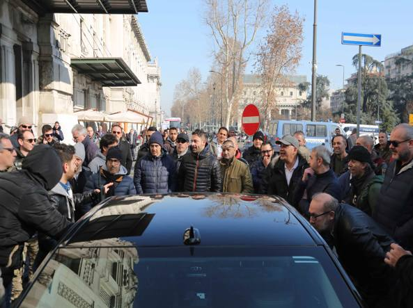 Uber, tassisti in protesta: auto ancora ferme. A rischio le sfilate/ FOTO e VIDEO