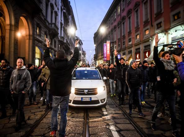 Roma. Tassisti sotto sede Pd, tensioni