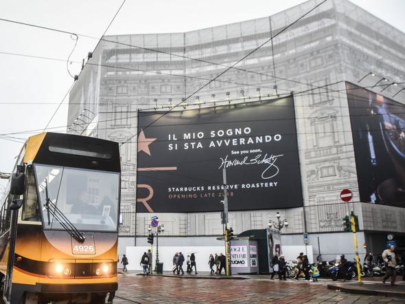 Una mega affissione  sul cantiere dell'ex palazzo delle Poste in piazza Cordusio annuncia l'arrivo di Starbucks in Italia (LaPresse)