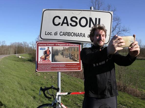 Il selfie davanti al cartello  turistico a Cascina Casoni, nel 1984 set del film «Il ragazzo di campagna»