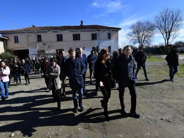 Il sindaco Beppe Sala alla Cascina Nosedo con i parlamentari della commissione di inchiesta sulle periferie (Ansa)