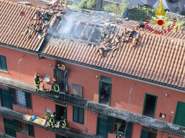 L'appartamento della palazzina di ringhiera in via Fara da cui sono partite le fiamme (Fotogramma)