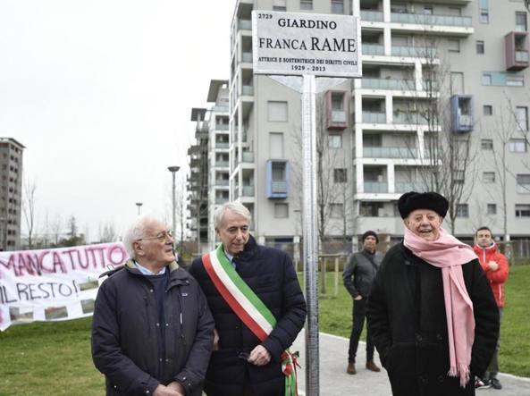 La cerimonia per l'intitolazione del giardino di via Gassman a Franca Rame, nel marzo 2016, con Dario Fo e l'allora sindaco Pisapia
