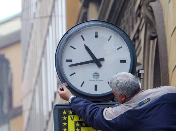 Sigilli su un orologio pubblico in attesa della visita di papa Francesco (foto Salmoirago)