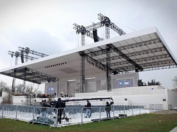Ultimi ritocchi al palco per la messa del Papa al parco di Monza (LaPresse)