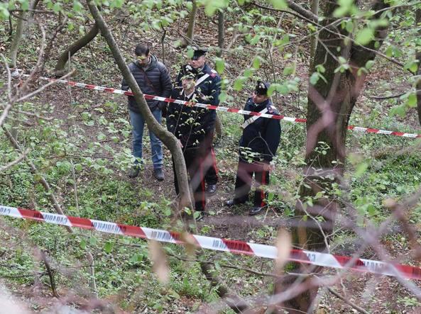 Cadavere sepolto nel bosco: è giallo Sarebbe stato ucciso giorni fa