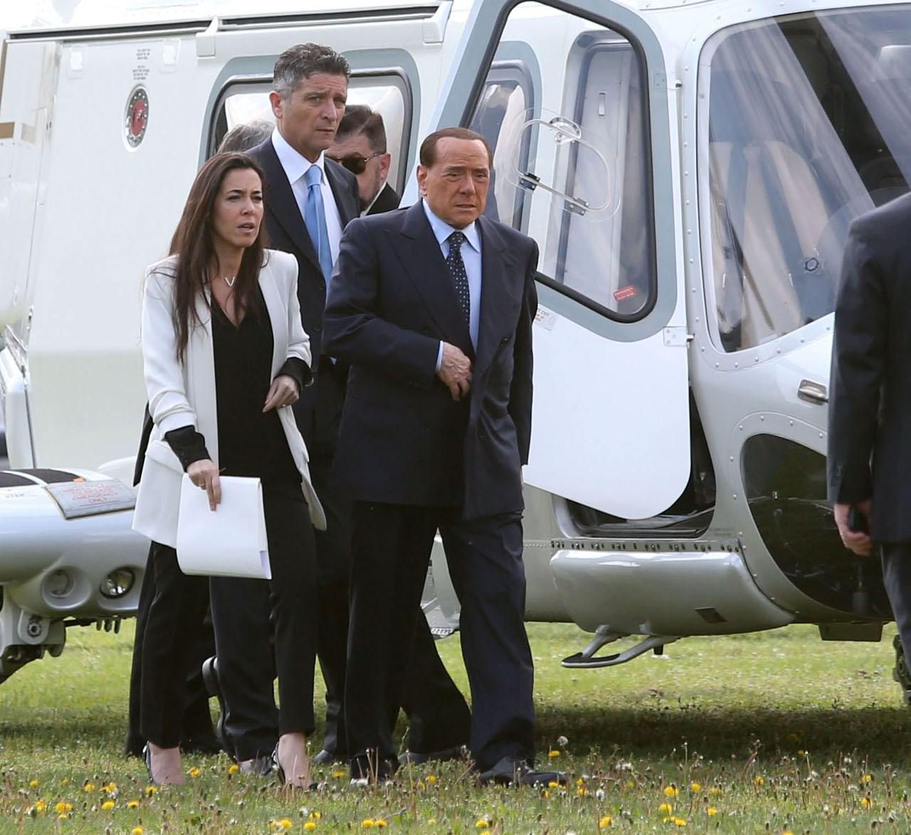 Elicottero Silvio Berlusconi : Salone del mobile berlusconi arriva in elicottero e