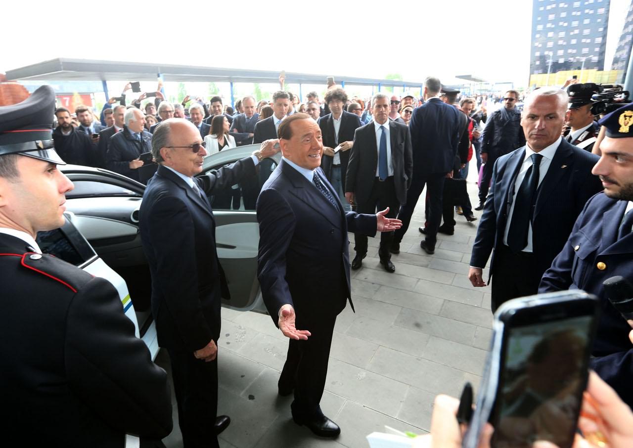 Elicottero Mediaset : Salone del mobile berlusconi arriva in elicottero e