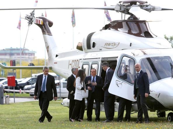 Elicottero Mediaset : Berlusconi al salone del mobile arrivo in elicottero e