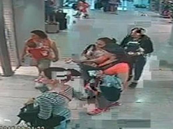 Un gruppo di ladre rom con bambini piccoli in azione