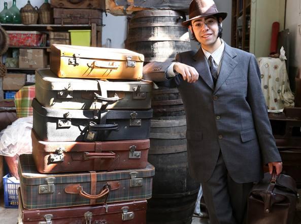 Nicolò Maimone colleziona oggetti d'epoca, tra cui le valigie che porterà sul set del film di Victor Vegan (Milani)