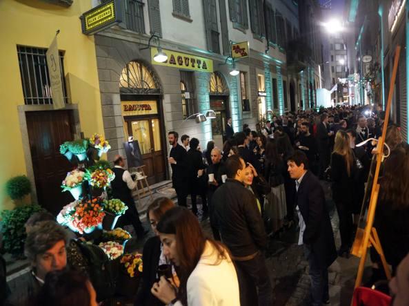 Il pubblico davanti alla trattoria Bagutta, oggi chiusa, nella serata del premio (Fotogramma)