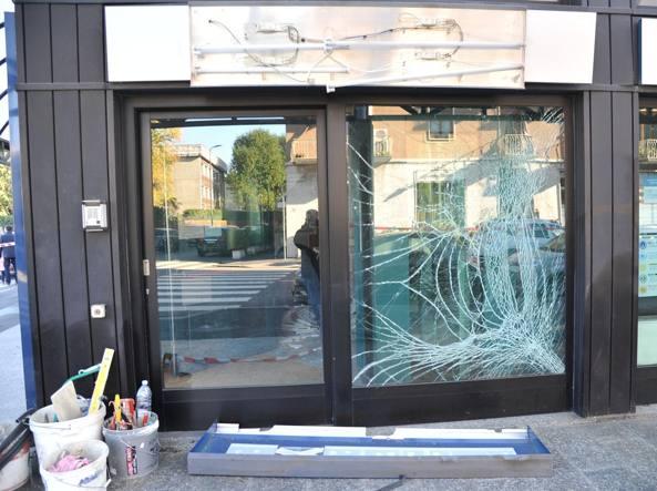 Un bancomat fatto saltare dalla banda in via Bertolazzi, zona Lambrate, il 12 novembre scorso (Newpress)