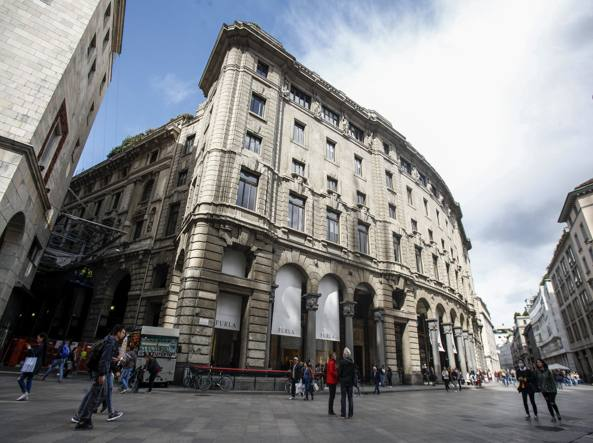 Lo storico edificio che ospita il cinema Odeon tra piazza Duomo e via Santa Radegonda (LaPresse)