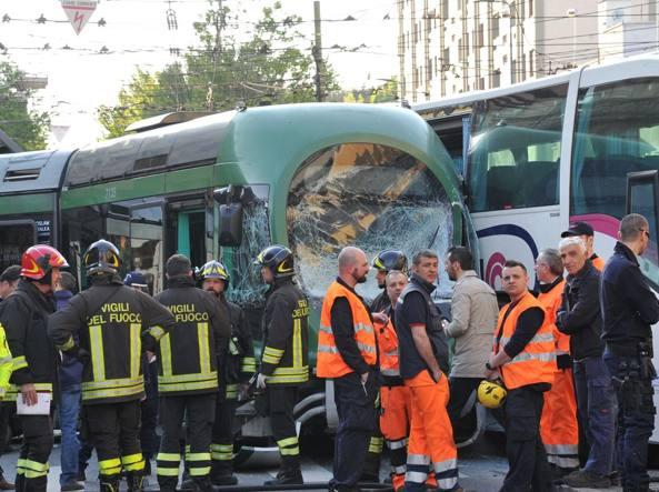 Autobus sperona tram che deraglia, feriti a Milano
