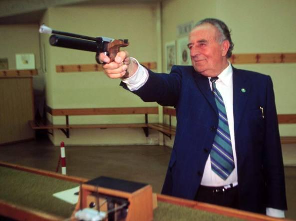 Giancarlo Gentilini al poligono di tiro (Errebi)