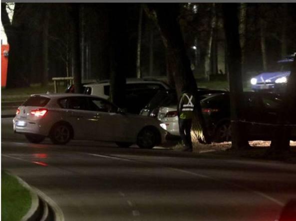 Auto in sosta in viale Alemagna vicino ai locali notturni (LaPresse)