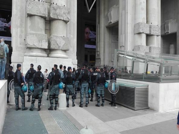Milano, la Stazione Centrale circondata per identificare i migranti Foto
