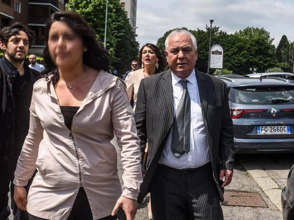Rocco Papalia esce dalla chiesa di Buccinasco