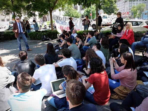 Studenti protestano contro il numero chiuso nelle facoltà umanistiche, caos alla Statale