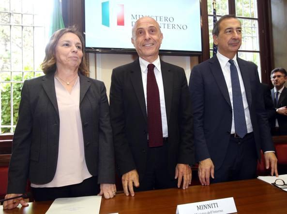 il prefetto di Milano Luciana Lamorgese; il ministro dell'Interno Marco Minniti e il sindaco di Milano Giuseppe Sala  (Ansa)