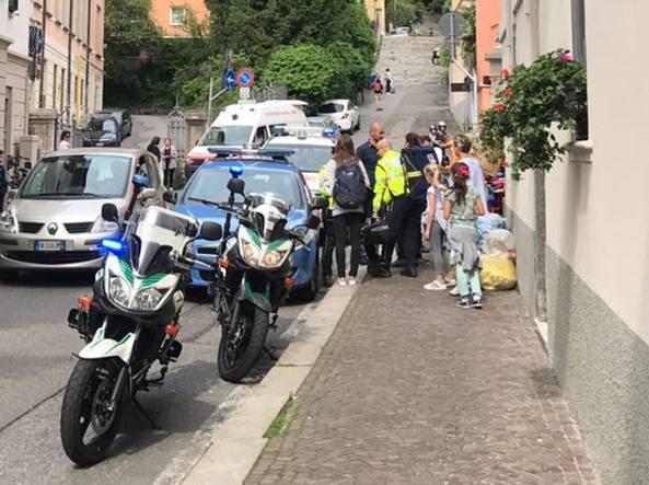 L'intervento della polizia davanti alla scuola