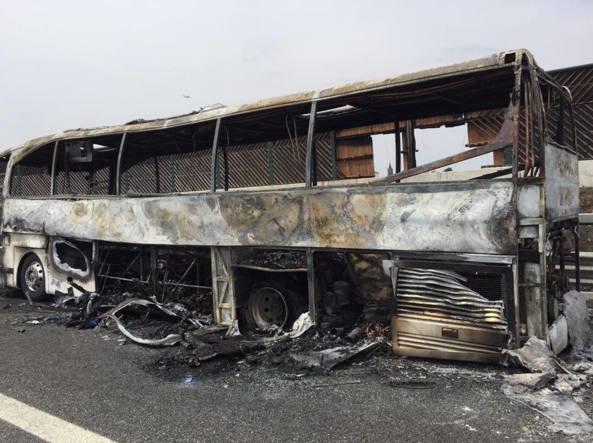 Il pullman distrutto dalle fiamme (foto Corriere Altomilanese)
