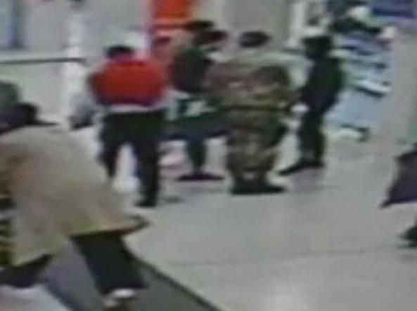 Il momento dell'aggressione ripreso da una telecamera di sorveglianza (Ansa)