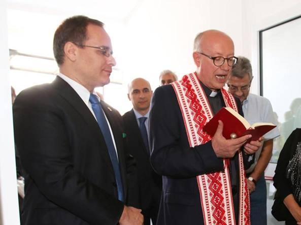 Il sindaco leghista Alessandro Fagioli e monsignor Armando Cattaneo (Newpress)