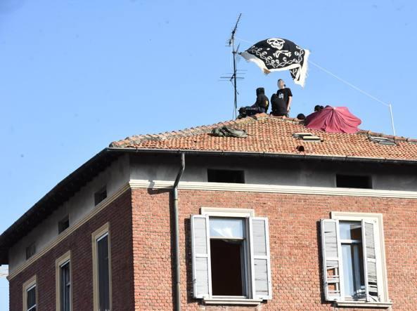 Polizia sgombera palazzina in via Gadames a Milano