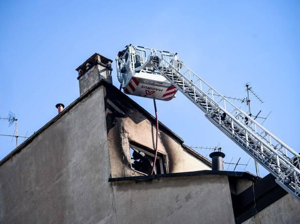 I pompieri in via Beroldo (LaPresse)