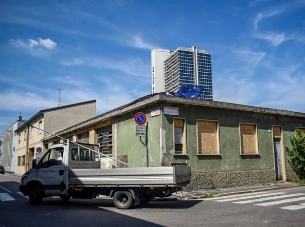 Il capannone occupato in via privata Repubblica di San Marino 8 (foto Furlan/LaPresse)