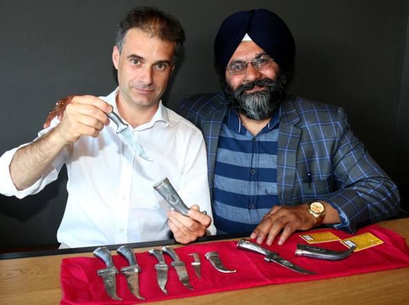 L'ex agente Roberto Rossi e Sukdev Kang, presidente della comunità sikh, con il kirpan legale: la lama si piega come burro