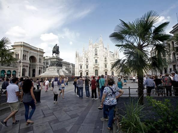 Oggi. La vista di piazza del Duomo con le palme (LaPresse)