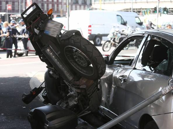 L'auto dell'85enne finita contro uno scooter parcheggiato (foto Stefano Porta/LaPresse)