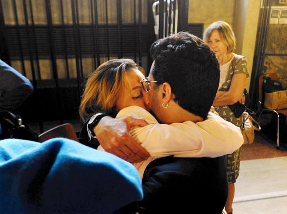 Il bacio in aula tra Fabrizio Corona e la fidanzata Silvia Provvedi dopo la lettura della sentenza (Fotogramma)