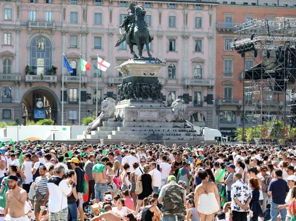 I super fan in attesa in piazza Duomo già dal mattino (LaPresse)