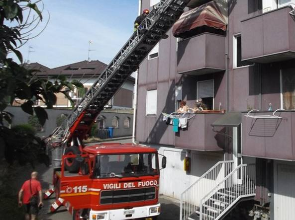 L'intervento dei vigili del fuoco a Castano Primo (Milano)