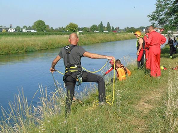 Soccorsi al lavoro per recuperare il corpo del 18enne annegato nel canale Vacchelli, a Crema (foto Raffaele Rastelli)