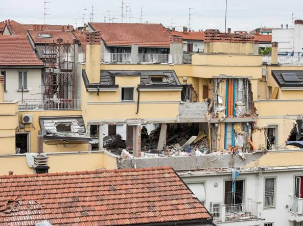 La palazzina sventrata dall'esplosione in via Brioschi