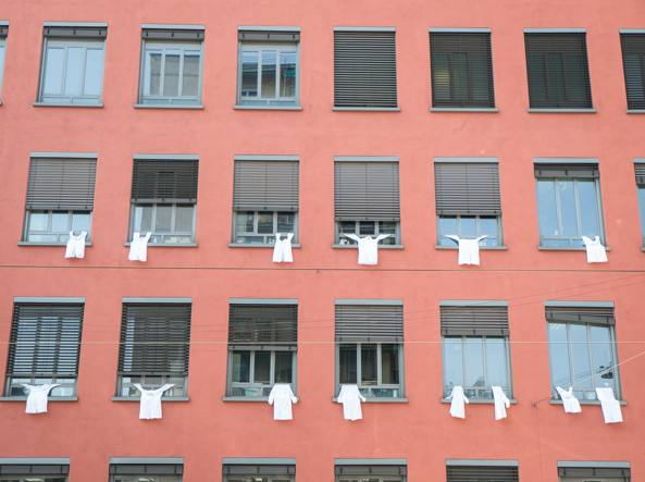 I camici appesi alle finestre all'Amadeolab (LaPresse)